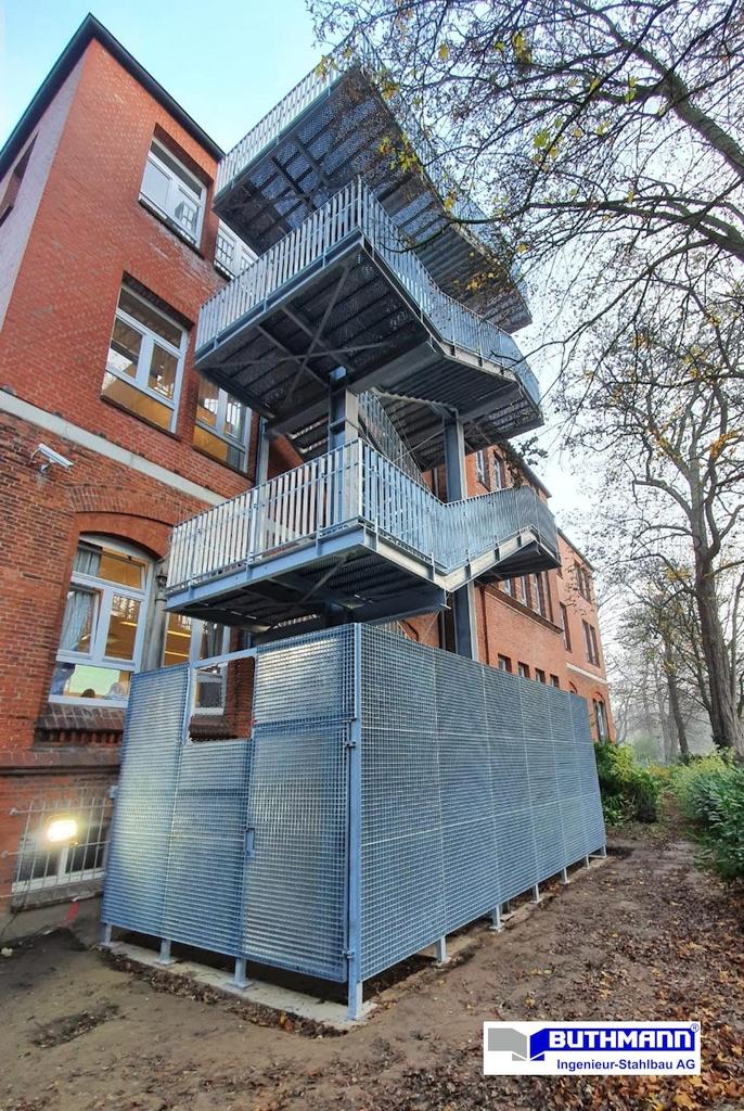 13,5 m hoher, rund 18 to schwerer Treppenturm 05