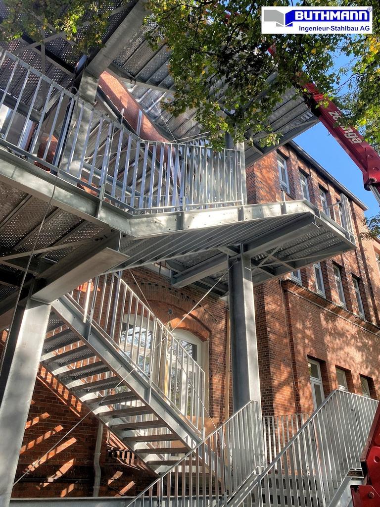 13,5 m hoher, rund 18 to schwerer Treppenturm 09